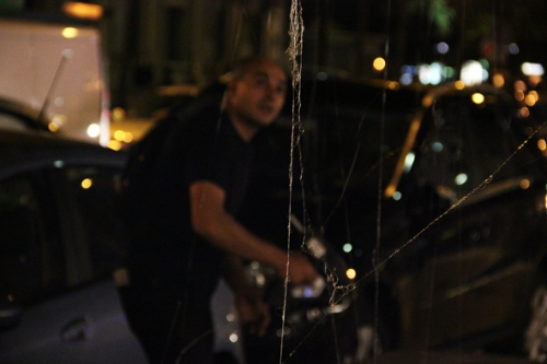 Performance de Ridha Dhib sur une grille d'aération, Nuit blanche 2011, Châtelet, Paris